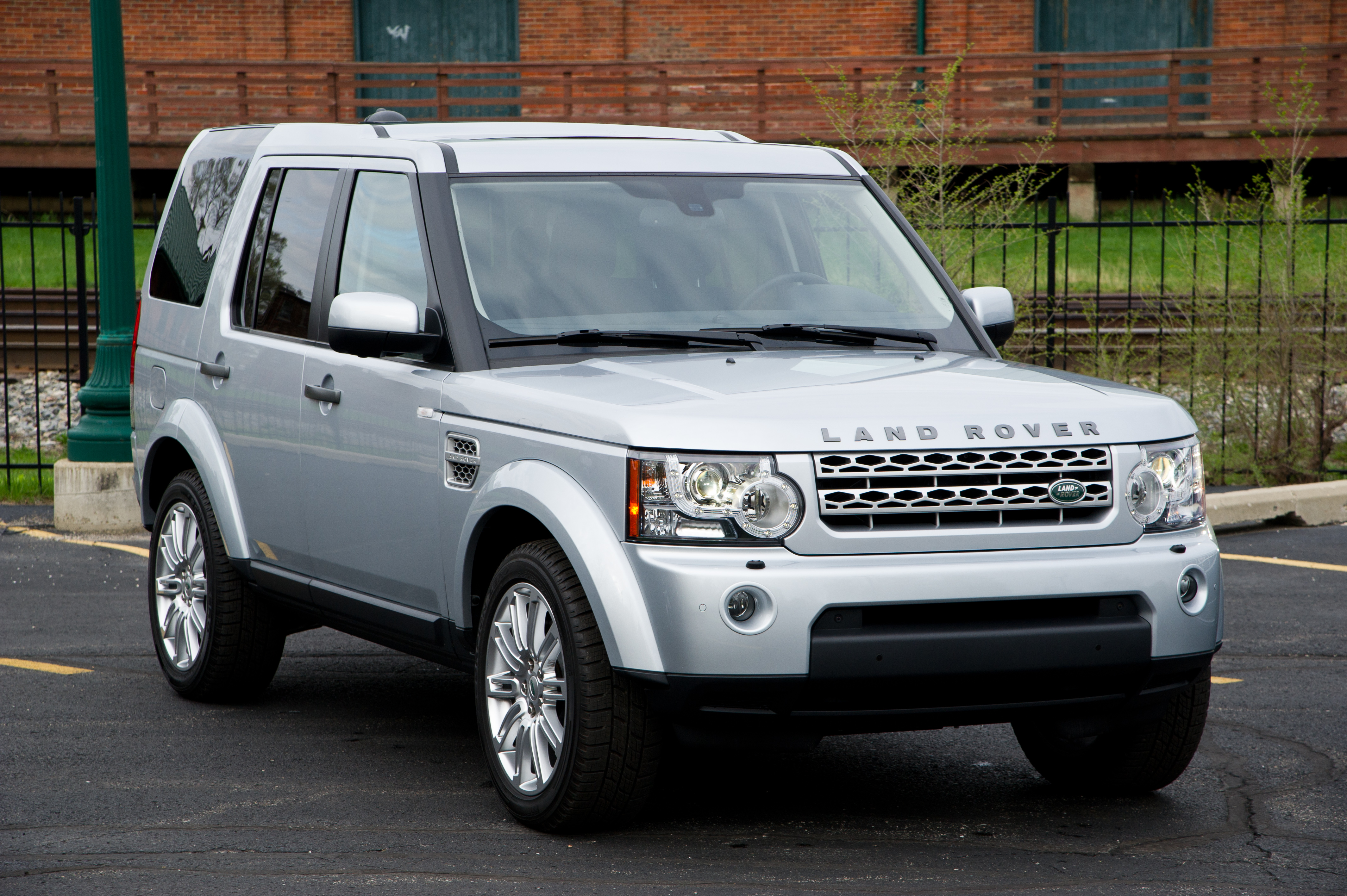 comparison test land rover lr4 vs cadillac escalade vs