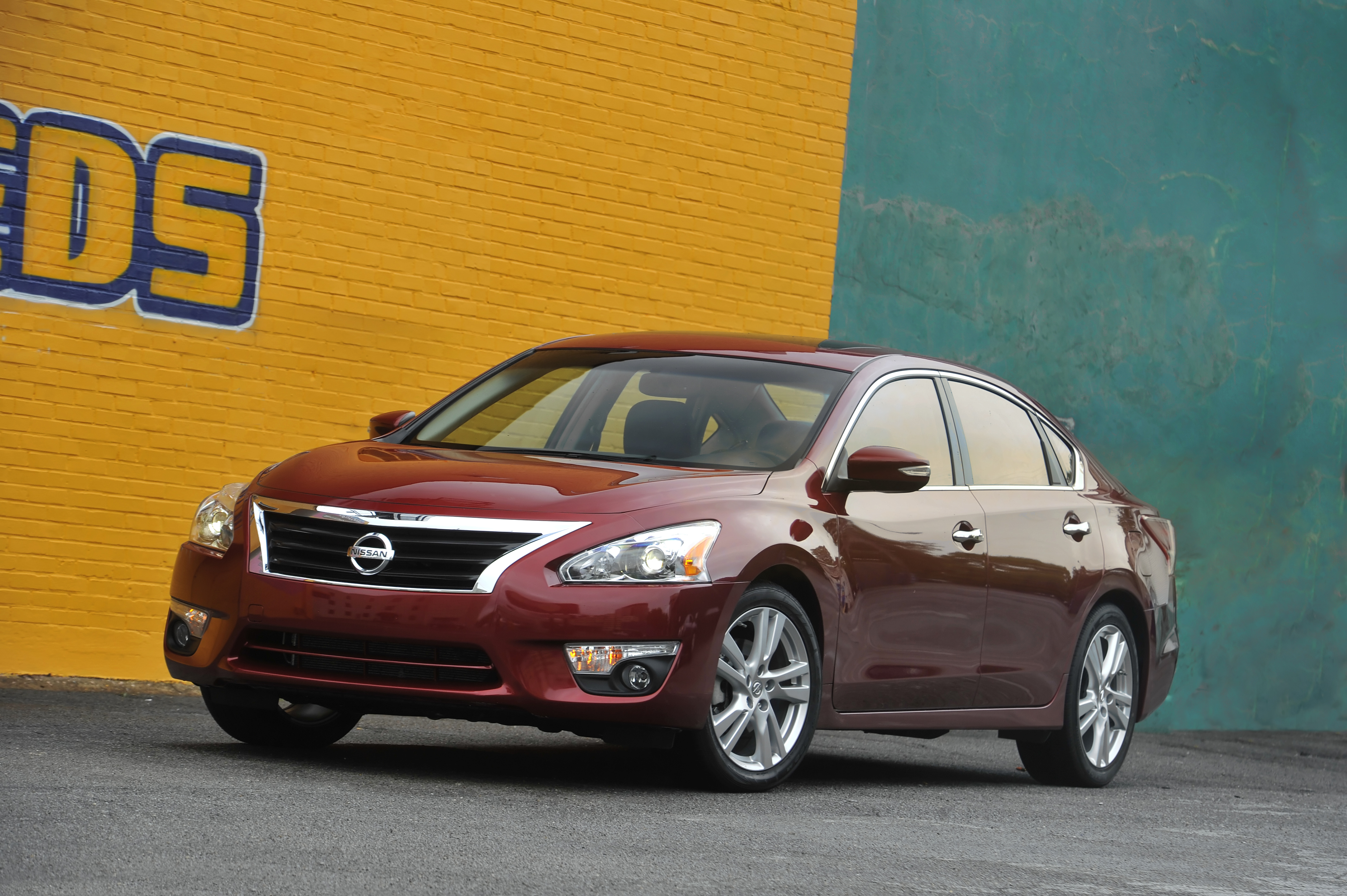2013 Nissan Altima Front 3/4 picture